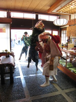 「商売繁盛」店の中での獅子舞です